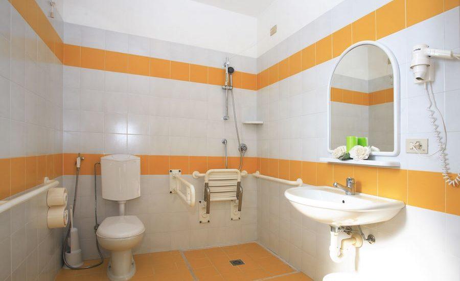 bagno-attrezzato-per-disabili-Villa-Aspe-Bibione