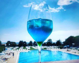Venerdì 22 giugno ✨ La Notte dei Desideri ✨ apre le porte all'estate! Direttamente dalla terrazza fronte mare, lo Chef delle Terme cucirà il suo piatto su misura per te! Lui mette l'insalata e tu aggiungi tutti gli ingredienti che vuoi! 😋 ... per l'occasione potrai degustare il nuovissimo Pool Blue!  #termebibione #terme #bibione2018 #bibione #drink #cocktail #wellness #pool #relax #beauty #spa #lemieterme #discoverbibione #igersbibione #visitbibione #picoftheday #holiday #weekend