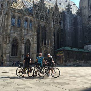 VIENNA-BIBIONE! 🇦🇹🚲🇮🇹 Pronti a partire! 🚲💨😊 E abbiamo anche trovato un nuovo sponsor per il bikepacking! 😄 Startbereit! 🚲💨😊 Und wir haben sogar einen neuen Sponsor fürs Bikepacking gefunden! 😄 Ready to go! 🚲💨😊 Also we found a new bikepacking-sponsor 😄  @igersvienna @bibionecom @bibioneeu @omar_zanini @viaggioapiediliberi  #bicicletta #avventura #amici #libertà #divertimento #Vienna #Bibione #bibionecom #discoverbibione #visitbibione #fahrrad #abenteuer #freunde #freiheit #spaß #Wien  #cycling #adventure #friends #freedom #fun