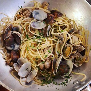 Bon apetit!! #pastaallevongole #bollicine #prosecco #vongole #buonappetito #profumodimare #domenica #visitbibione