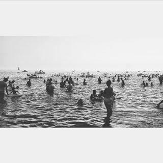 Unicorni e fenicotteri In un mare di persone. {La domenica più gettonata dell'anno} . . . #mare #tuttialmare #full #domenica #agosto #estate #summer #blackandwhite #unicorn #fenicotteri #bibione @bibioneeu #veneto #italy @bibionecom #visitbibione