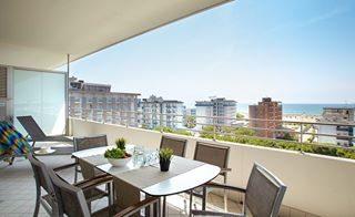 Lunch time with seaview 🌊☀️ - - - - - - - #sunny#blue#sky#clearsky#terrace#seaview#sonne#beach#strand#blau#goodweather#schönewetter#terrasse#design#exteriordesign#familyhotel#apartment#residenceserenissima#tourism#bibione#bibione2018#visitbibione#veneto#italy