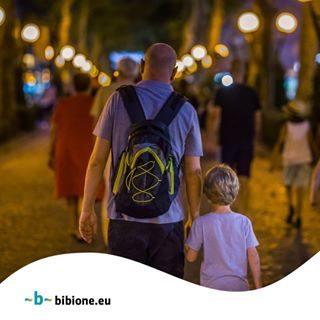 Dagli anni 60 a Bibione i bambini arrivano mano nella mano con il proprio papà. Estate dopo estate li vediamo crescere, passare dal secchiello al motorino e dai giochi gonfiabili alla discoteca. Arriva sempre il momento in cui, diventati adulti, quei bambini tornano alla spiaggia tenendo la mano del loro piccolo o della loro piccola, ed è un momento emozionante. A Bibione la famiglia è una cosa speciale: tanti auguri a tutti i papà! #bibione #visitbibione #2018 #waitingforsummer #summer2018 #estate #estate2018 #summertime #bibione2018 #festadelpapà #festadelpapà2018 #fatherday #fatherday2018 #vatertag #vatertag2018 Seit den 60er Jahren kommen die Kinder in Bibione Hand in Hand mit ihrem Vater. Sommer für Sommer sehen wir sie wachsen, vom Eimerchen zum Mofa und von den aufblasbaren Spielen zur Disco überwechseln. Die Zeit kommt immer, wenn diese Kinder als Erwachsene an den Strand zurückkommen und die Hand ihres Babys halten, und es ist ein emotionaler Moment. In Bibione ist die Familie