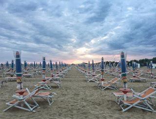 : : after rain sunset 🌅: :  #sunset #sunsets #sunsetphotography #sunsetpics #sunset_ig #sunsetvibes #skypalette #skyart #beachlife #italy #italianbeaches #spiaggia #bibione #bibionebeach #igersbibione #veneto #beachlifestyle #wandering #exploring #gypsysoul #adventuring #girlswhotravel #wearetravelgirls #sheisnotlost #dametraveler #keepexploring #visitbibione #visititaly