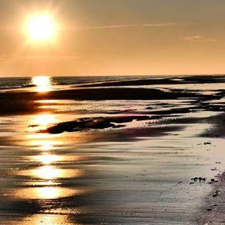 Quando i miei pensieri sono ansiosi, inquieti e cattivi, vado in riva al mare 🐚 e il mare li annega e li manda via con i suoi grandi suoni larghi 🎶 li purifica con il suo rumore, e impone un ritmo su tutto ció che in me é disorientato e confuso 🌞 ✏ Rainer Maria Rilke 📷 Cristian Paccagnin  #bibione #maredinverno #relax #visitbibione #visitveneto #discoverbibione #nature #sea #beach
